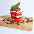 料理メニュー写真丸ごとフレッシュトマトとイタリア産最高級水牛モッツァレラのカプレーゼ