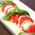 料理メニュー写真塩トマトカプレーゼ