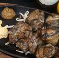 料理メニュー写真若鶏モモの炭炙り焼き 梅柚子胡椒