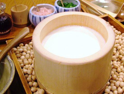 お客様の目の前で作る出来たて豆腐。美味しい豆腐が出来上がる瞬間をお楽しみ頂けます