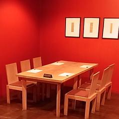 6人掛けテーブル席、広々した雰囲気。