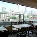 窓側の開放的なテーブル席です。気持ちの良い穏やかな日の光を浴びてリフレッシュ★5階からの景色もお楽しみ頂けます。