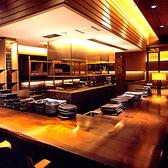 カッシーナのキャブが目印のオープンキッチンのカウンター席。