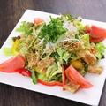 料理メニュー写真パリパリ鶏皮和風サラダ