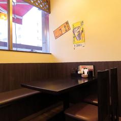 足をのばせるテーブル席は家族や同僚とのお食事に最適!【餃子一代】のおすすめ料理とご一緒に美味しいお酒などいかがでしょうか!