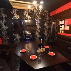 ◆ゴージャスなパーティー個室◆≪ラグジュアリールーム≫天井にはシャンデリアが輝くラグジュアリーな空間。誕生日や記念日のパーティーや、接待の二次会、女子会や合コンも盛り上がること間違いなしのパーティー個室です。 ※ルーム数やコンセプトルームの有無は店舗により異なります。