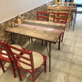 1Fは4名テーブル3席あり!近くの調理場からのムール貝や牡蠣の美味しい香りを楽しめるお席♪