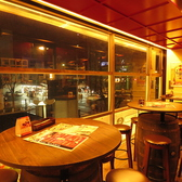 一面ガラス張りで大通りを一望できる樽テーブル席は一番人気のお席。