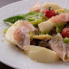 料理メニュー写真生ハムとフルーツのサラダ