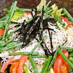 料理メニュー写真釜揚げシラスと青ネギのサラダ