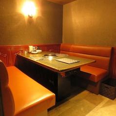 4名様テーブル席。ソファータイプなのでゆっくりお寛ぎ頂けます。