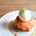 料理メニュー写真半熟卵とスモークサーモンのポテトサラダ