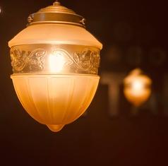 天井からは程よい明るさのかわいいランプ。隣の席とはプライベート感を出せるように劇場などで仕様される厚手の遮音カーテンを使用しています。