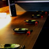 カウンターで楽しむ本格和食と旨い酒。ライブ感のある調理場の雰囲気を眺めながらお酒を愉しめます。ご接待やご友人同士の語り合いやデートにお使いください。