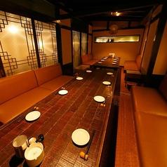 10名様で使えるソファーの個室のお席は2部屋あり繋げることで最大20名様迄ご利用可能な完全個室に大変身!完全個室は大人気になりますので、ご利用の際は事前のご予約をオススメしております!