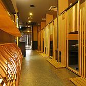 店内は京の町屋をイメージした落ち着いた佇まい・・・テーブル個室は4名様まで