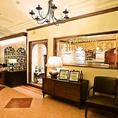 アンティーク調の家具やさまざまなアートや写真が飾られた異国情緒溢れる店内。