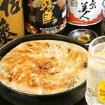 餃子とビールは飲み会の鉄板!外はパリパリ!中はジュ~シ~!鉄鍋ごとどうぞ♪空名物鉄鍋餃子!