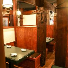 ちょっと広めの4名様用のテーブル席です。半個室風となっていますが囲まれている壁は低めになっているので開放感のある、プライベートもしっかりあるお席です。