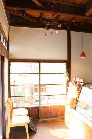 一軒家の古民家を改装したオシャレで温かな空間。無垢の木の柱に木目調の家具、昔ながらの硝子の引き戸から射し込む柔らかい陽が優しい気持ちにさせてくれます。