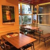 樽テーブル以外に、普通のテーブル席もご準備しております。テーブルはつなぎ合わせることも可能