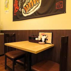 2名様用のテーブル席はデートにも!お酒とよく合う美味しい料理を存分にご堪能ください!