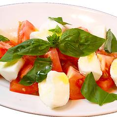 料理メニュー写真水牛モッツァレラと完熟トマトのカプレーゼ