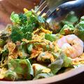 料理メニュー写真エビとアボカドのコブサラダ