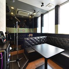 ◆ステージ付でライブハウス気分を味わえる個室◆≪ライブルーム≫まるでライブハウス!ライティングのあるステージにマイクスタンドも設置され、ライブ気分でカラオケを楽しめます!結婚式の余興練習や、歌のレッスンなど、使いみちは様々!※ルーム数やコンセプトルームの有無は店舗により異なります。