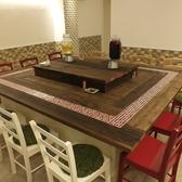 1Fの大テーブルは目立つ12名様までご利用できるテーブルあり!