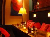 ≪2F≫お洒落な赤が印象的なソファ。昼と夜とで違った顔を見せます。