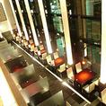 窓側のお席や、ちょっとした会食にもご利用可能な仕切り席など、2~4名様までのダイニング席。天井が高く開放的な空間に光柱が高級感を演出します。