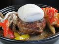 料理メニュー写真ブラ―タチーズ 赤牛ハンバーグ