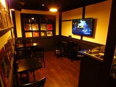 バーには珍しい広々とした空間。団体様も最大15名様までOK