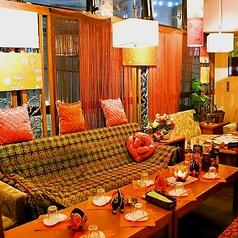■8~18名様用VIPソファ個室■世界にひとつしかないハンドメイドのランプや、絵画などが店内のあらゆるところに散りばめられています。