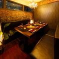 少人数でのお食事、女子会、ご家族でのご利用にも最適なテーブル席。当店自慢の創作料理を囲んで宴会、パーティーをお楽しみください。お料理によく合うワインや日本酒も豊富に取り揃えております。