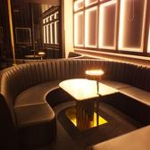 【2階】ゆったりと楽しめるソファー席。湾曲に作られたソファー席では女子会が大人気★6名様まで着席可能です。