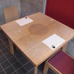 2人掛けテーブル席、お二人でゆったりとした寛ぎ空間。