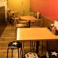 広々使える丸テーブルは4名席(2卓)ございます。お店の端に位置するお席なのでゆっくり話をしたい方におススメです。カップル/友人同士/夫婦/同期同僚のご利用が多いお席です。『寿司×炭火焼鳥×大衆酒場』ならではのグルメな時間をお過ごしください!