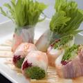 料理メニュー写真水菜と海老と生ハムのライスペーパー巻