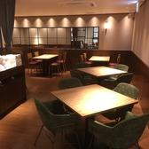 明るく清潔感のあるテーブル席。温かみのある欧米カラーのインテリアによって落ち着いてお食事をお楽しみ頂けます。人数によってレイアウト変更が可能なので様々なシーンにどうぞ♪