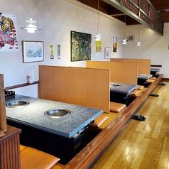 足元ラクラク◎掘りごたつ席は6~8名席×4卓ございます。ご家族とのお食事、ご友人や会社仲間との飲み会におすすめです。