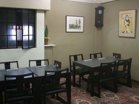 テーブル席もあります。戦前質蔵だった建物を引き継いだ「銀之塔」の店内はレトロで落ち着いた雰囲気です。