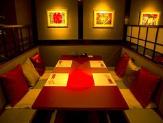 【お仕事帰り・ご家族・デート】テーブル席は、2名~4名様でご利用頂けます。シックな雰囲気の中で、極上の鍋をご堪能下さい。