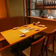 <4名テーブル×1卓>ございます。明るい窓側席です★