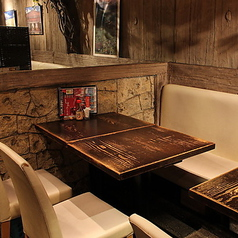 2名様から団体様まで幅広くお使い頂けるお席です。終日全テーブル席禁煙となっております。なにかご不明点ございましたらお問い合わせください。