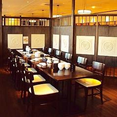 個室もございます。宴会・会食向きの約20名の席がございます。写真は宴会用の席です。