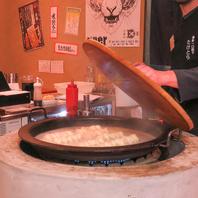 店内中央の【特大鉄なべ】で豪快に焼き上げる究極の餃子