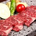 料理メニュー写真特選牛の溶岩石焼き 旬野菜添え