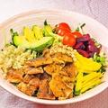 料理メニュー写真ケールとキヌアとチキンのパワーサラダ